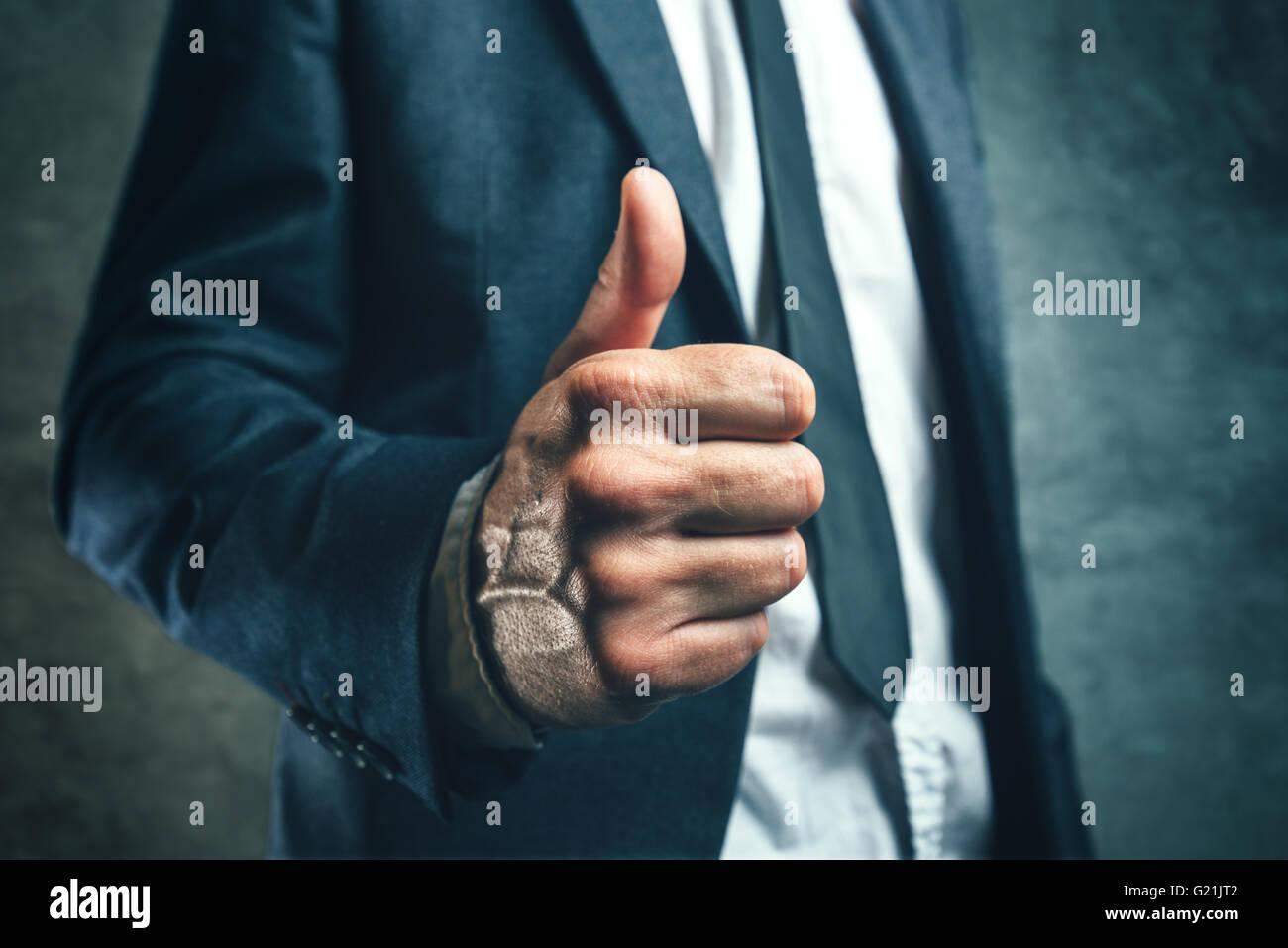 Obtener aprobación de jefes, negociante gesticulando pulgar arriba para apoyar o aprobar los empleados trabajan, Imagen De Stock