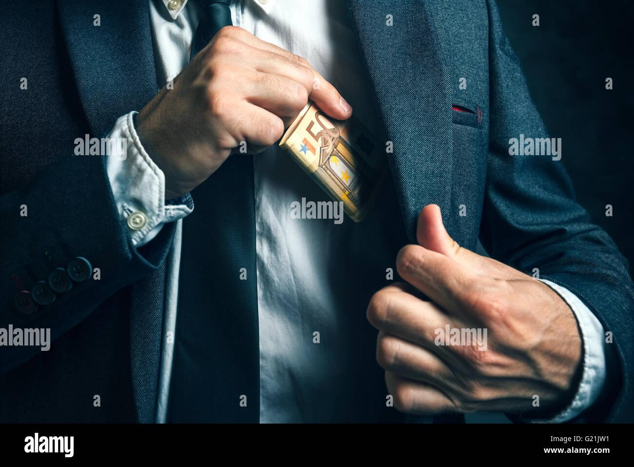 Dinero en el bolsillo, empresario poniendo billetes en traje de bolsillo, sobornar y corrupution concepto. Imagen De Stock