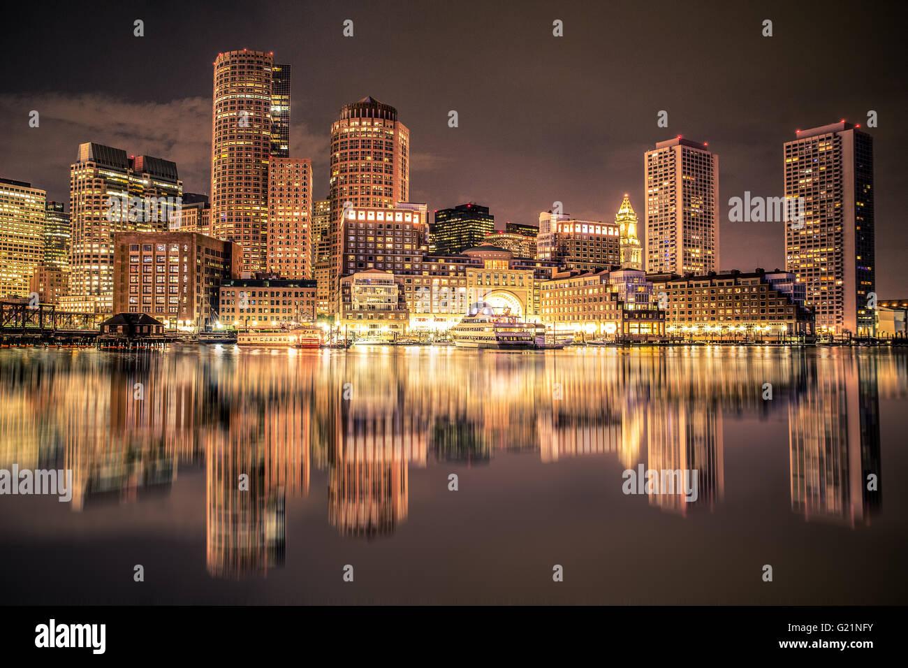 Hermosas vistas del horizonte de Boston Massachusetts iluminados durante la noche, a través de puerto Imagen De Stock