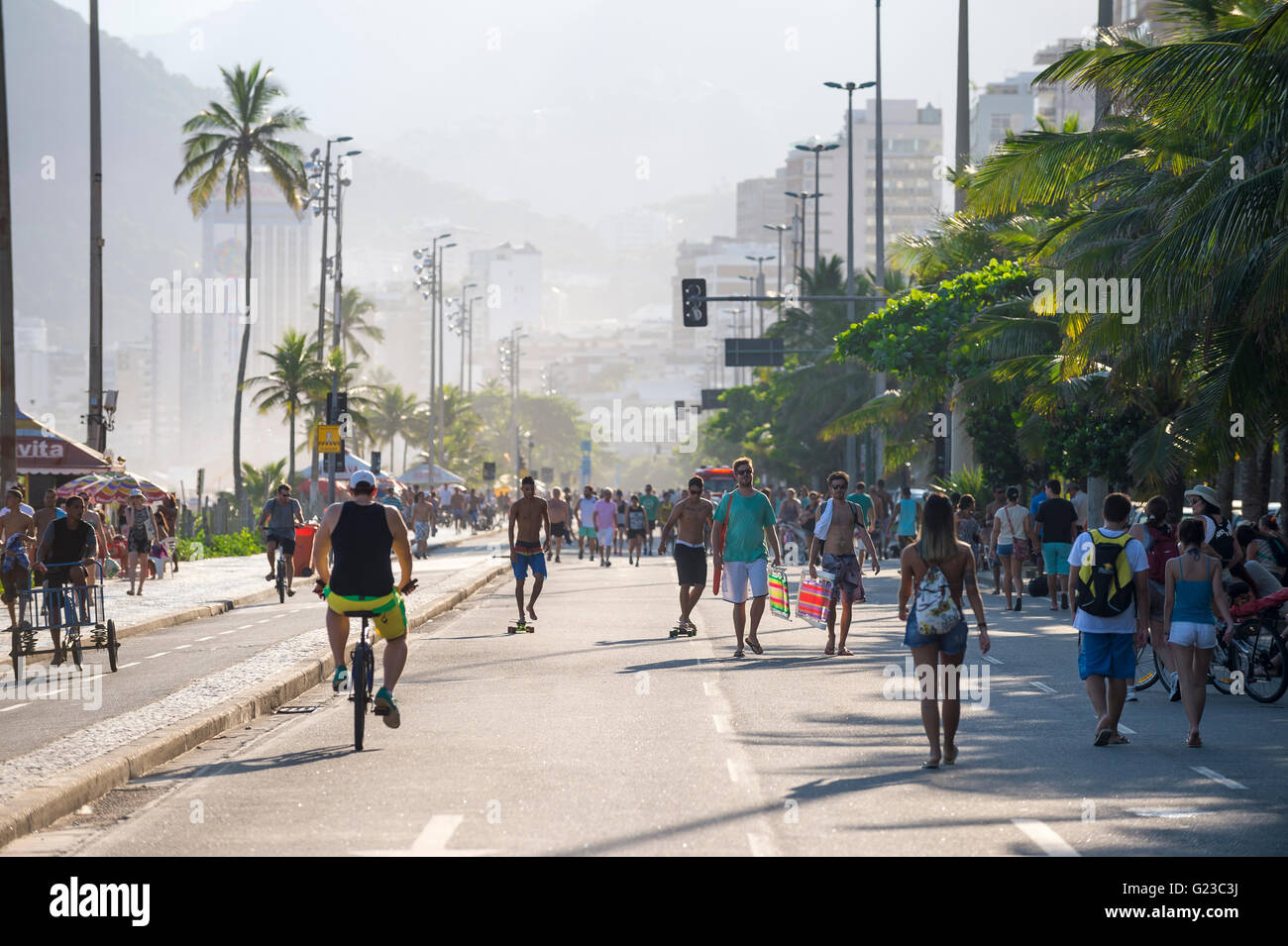 RIO DE JANEIRO - Marzo 6, 2016: Los ciclistas comparten la libre de coches La Avenida Vieira Souto calle con peatones Imagen De Stock