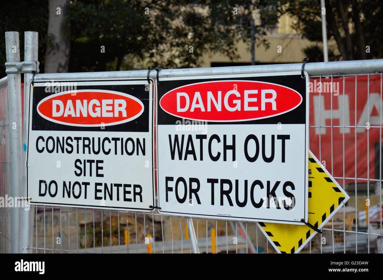 Construcción signos de advertencia, cuidado con los camiones y no entrar Imagen De Stock