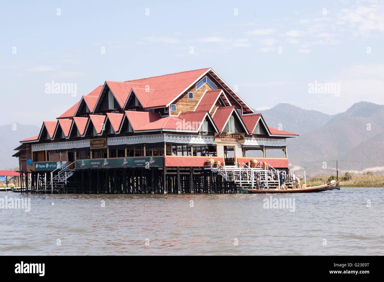 En el Lago Inle, un pintoresco restaurante junto al lago (Myanmar). Un restaurante original lacustre sur le lac Imagen De Stock