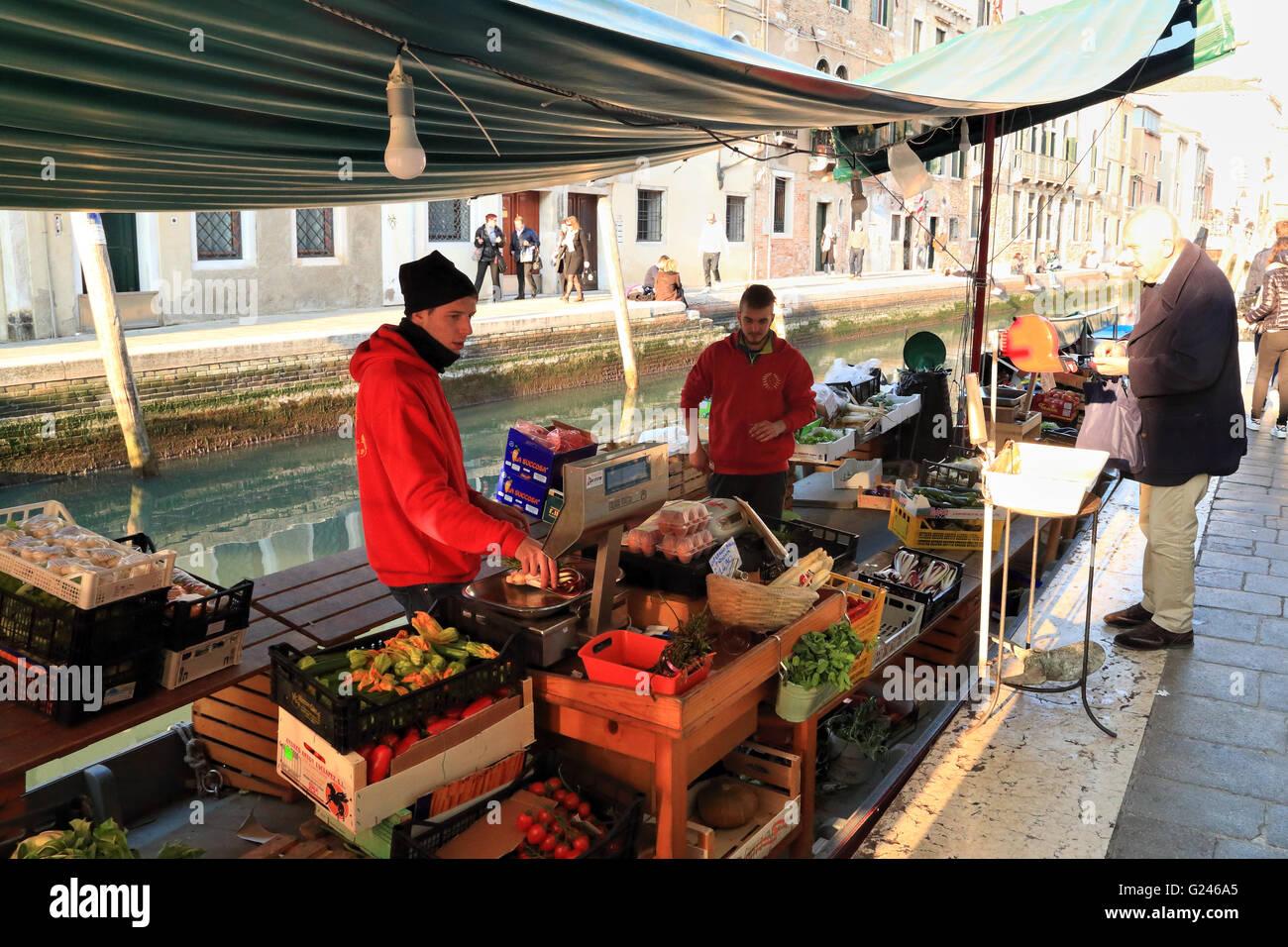 La Barca - Frutas y Verduras tienda canal boat en Venecia. Foto de stock