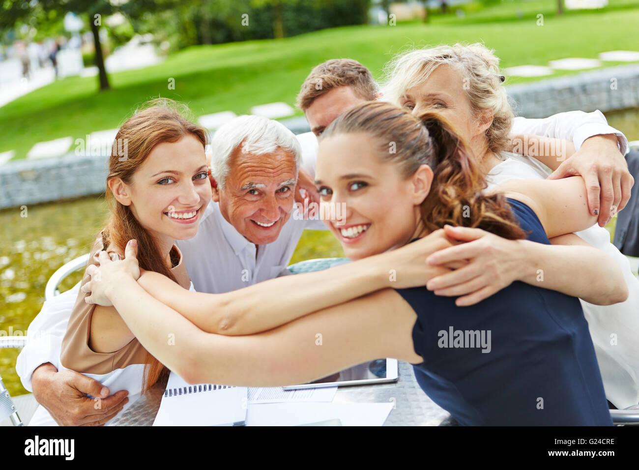 Grupo De Empresarios Abrazando A La Motivación En Un Equipo