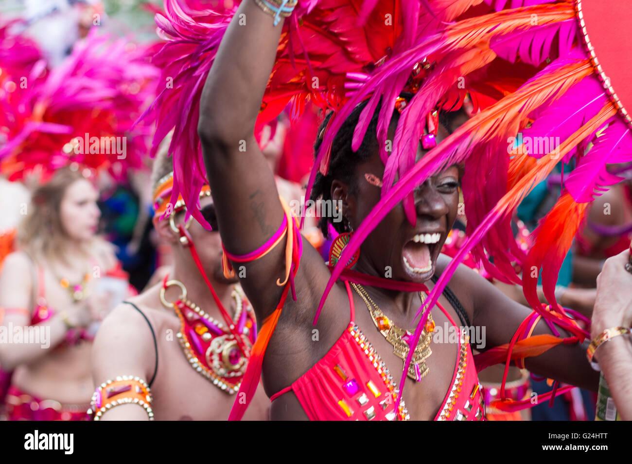 Retrato de mujer bailando en traje de Carnaval de las Culturas (Karneval der Kulturen) en Berlín, Alemania. Imagen De Stock