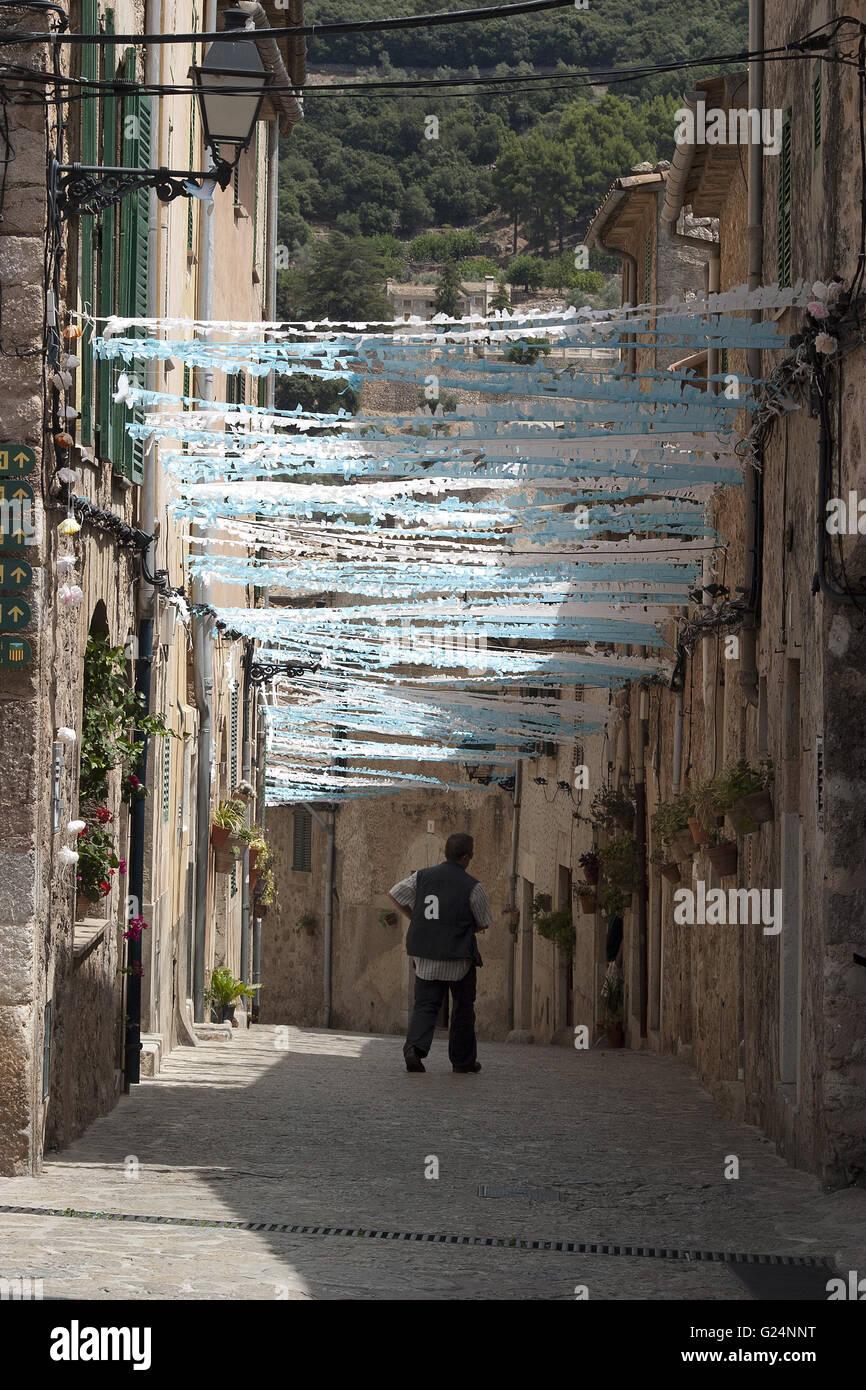Pequeña aldea camino con decoraciones de fiesta y transeúnte, Palma de Mallorca, España, mar, verano, Imagen De Stock