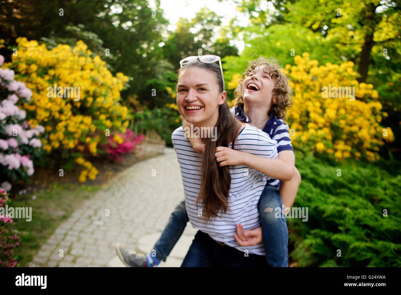 Niña jugando con su hermano menor en el jardín Imagen De Stock