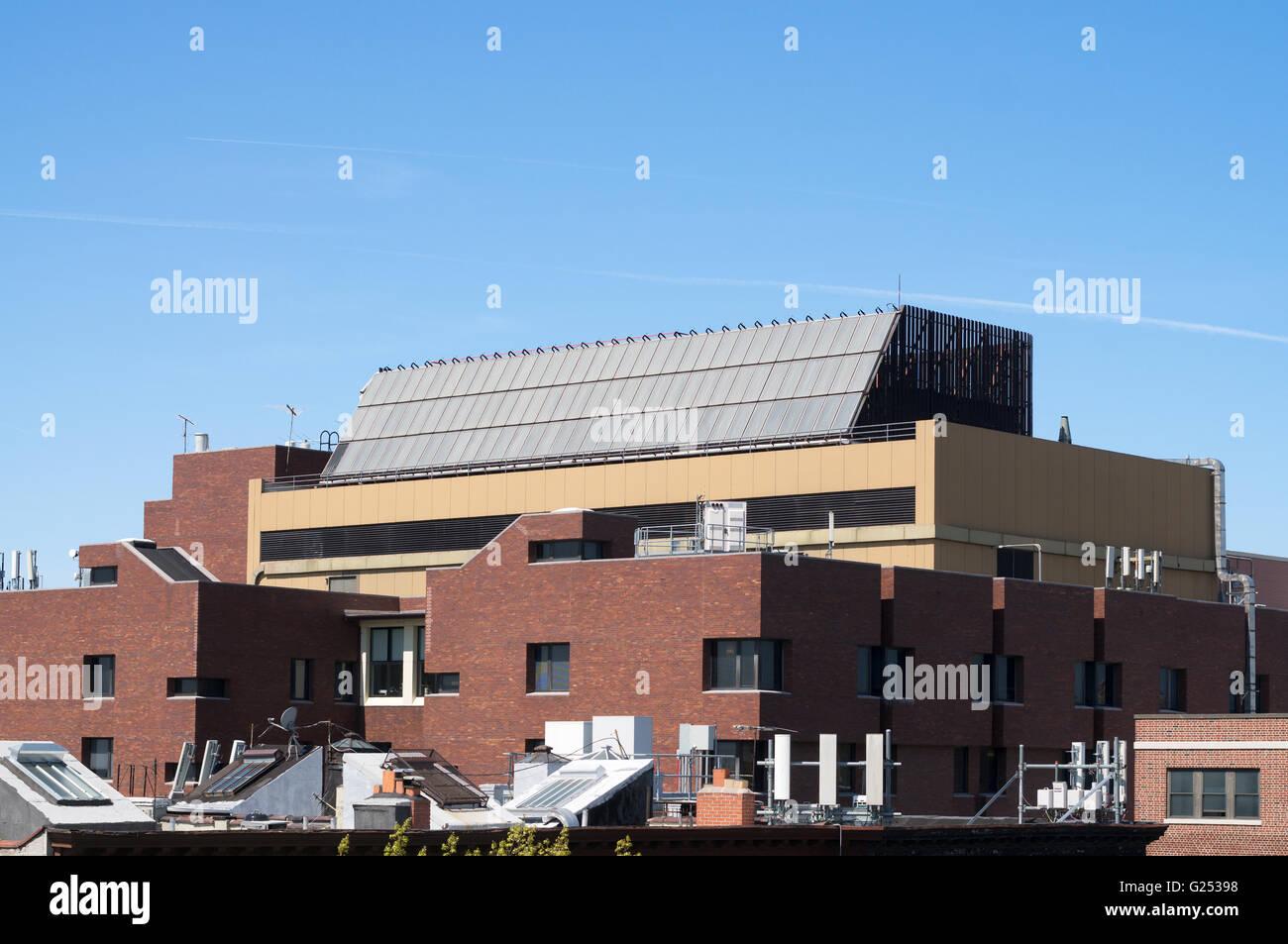 Una matriz de paneles solares térmicos sobre New York Methodist Hospital, Brooklyn, Nueva York, EE.UU. Imagen De Stock