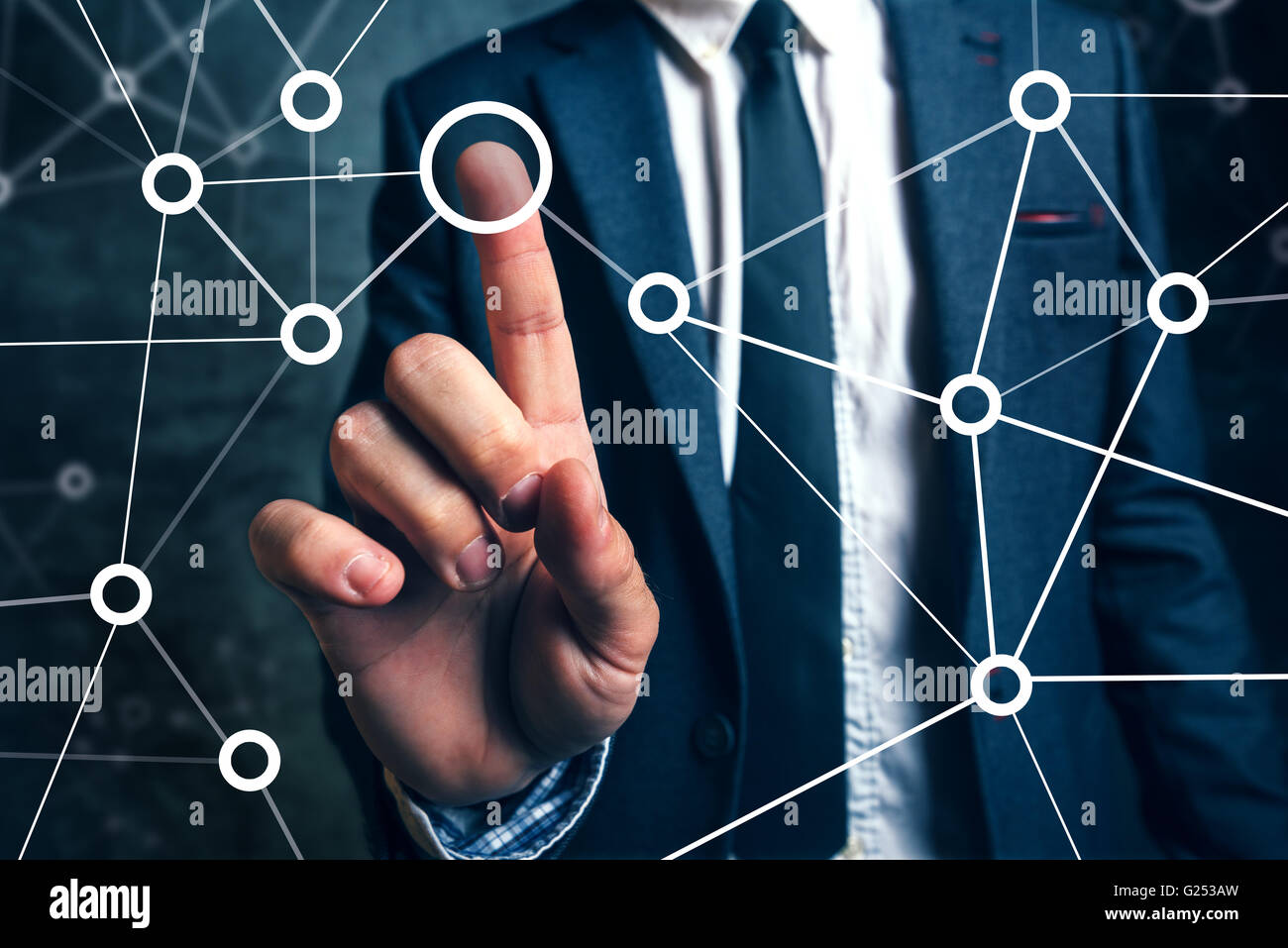 Empresario conectando los puntos en la gestión de proyectos empresariales, redes sociales o de trabajo en equipo Imagen De Stock