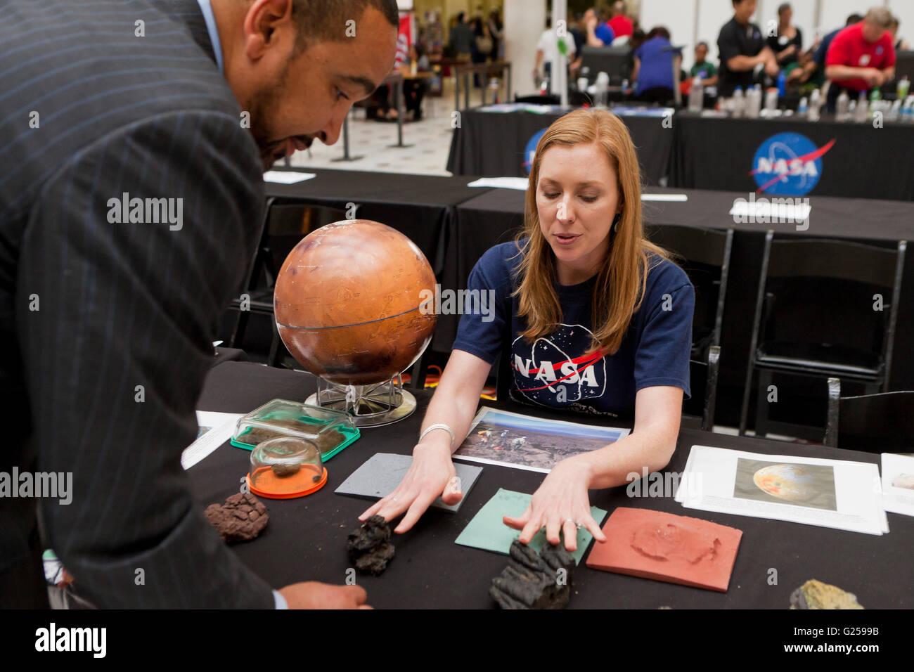 El científico planetario de la NASA presenta la ciencia de Marte - EE.UU. Foto de stock