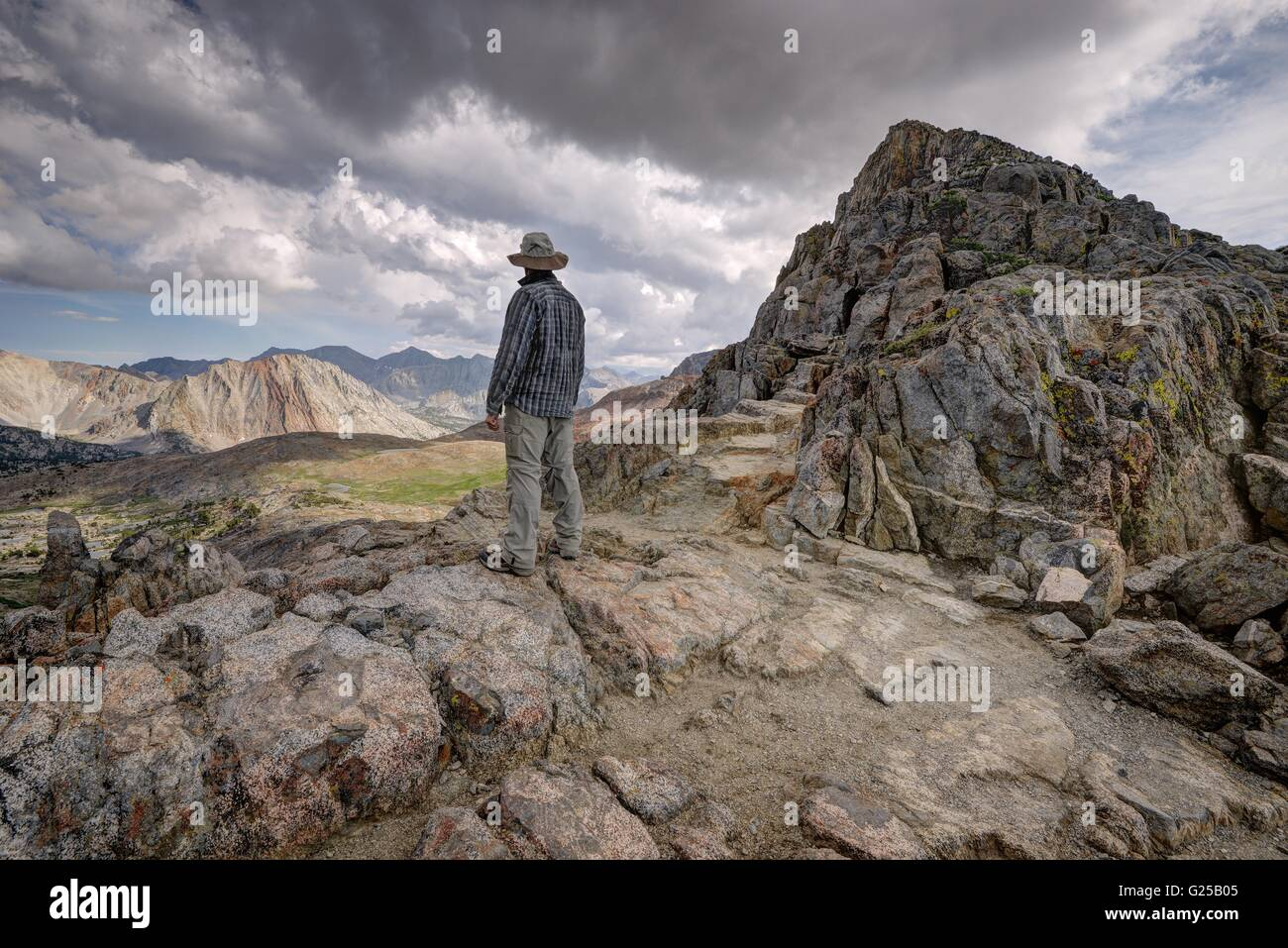 Vista trasera del hombre de pie en la montaña, Parque Nacional Kings Canyon, California, Estados Unidos Foto de stock