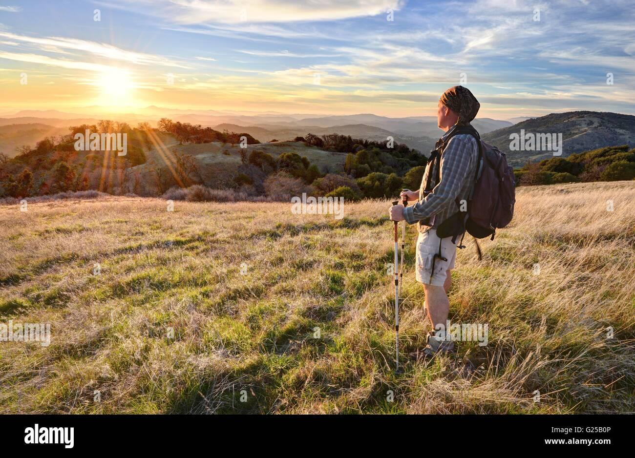 Hombre haciendo senderismo y mirando a la vista, Vulcan Mountain Wilderness Preserve, California, Estados Unidos Foto de stock