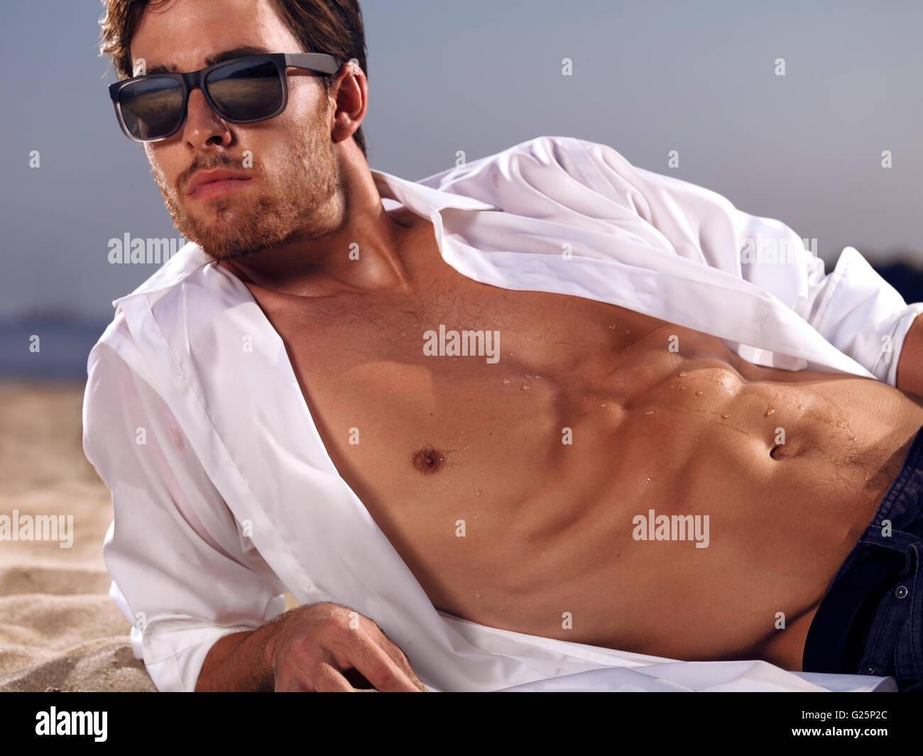 De Hombre Tumbado Sol Con Gafas Unbuttoned Un La Camiseta En Una Y HIW9ED2