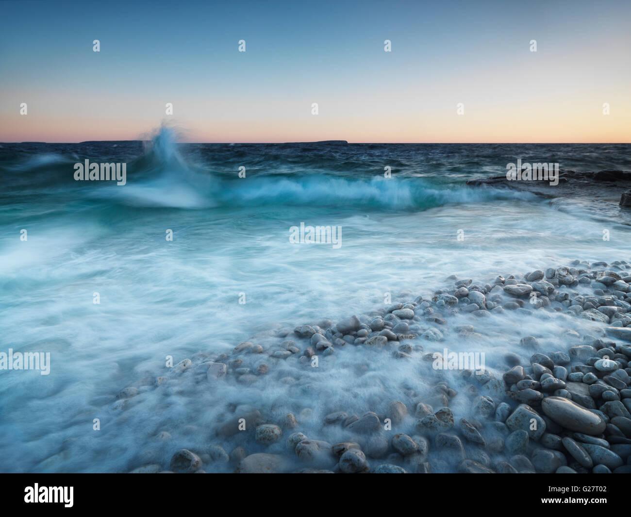 Las olas chocando contra la orilla rocosa, Georgian Bay, el Parque Nacional de la península de Bruce, en Ontario, Foto de stock