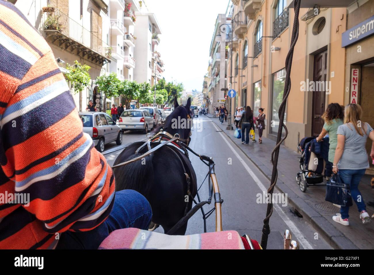 Vista de una calle lateral en Sorrento desde un caballo y una carroza viaje turístico Imagen De Stock