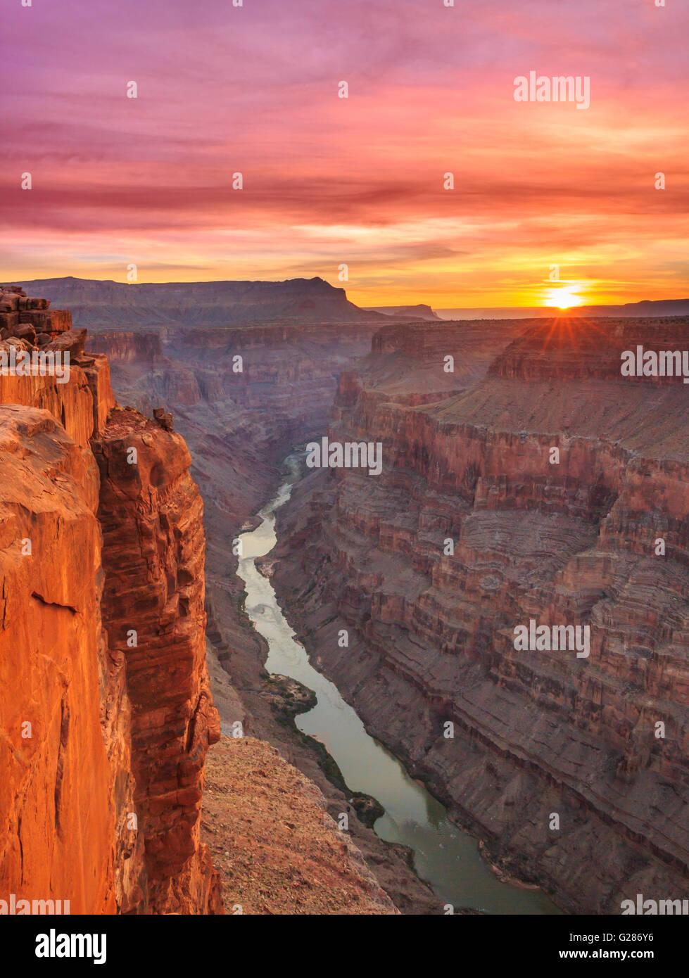 Amanecer sobre el río Colorado en toroweap vistas en el parque nacional del Gran Cañón, Arizona Foto de stock