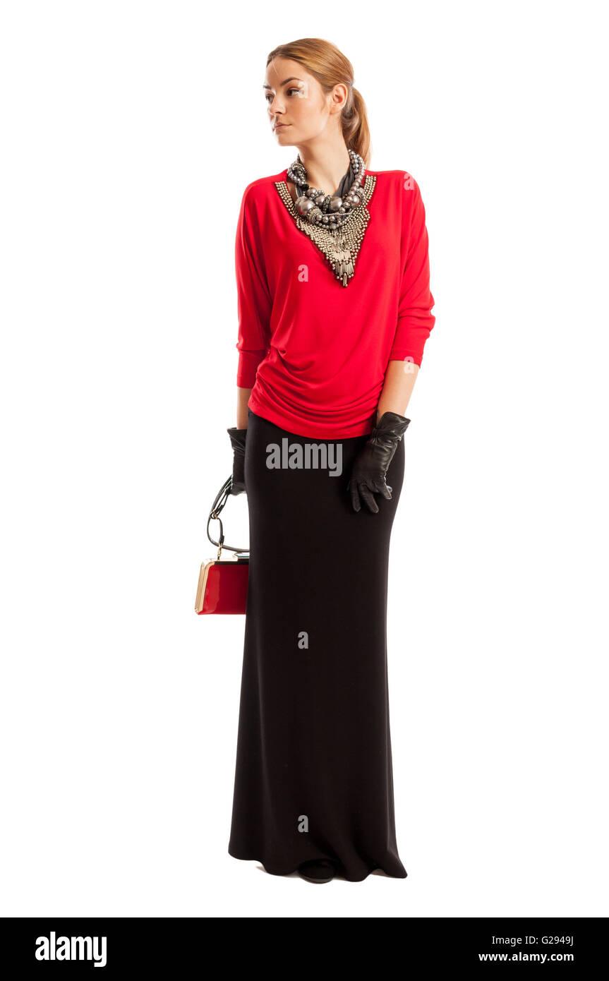 25b9bddf7 Modelo femenino vistiendo una blusa roja, larga falda negra, un ...