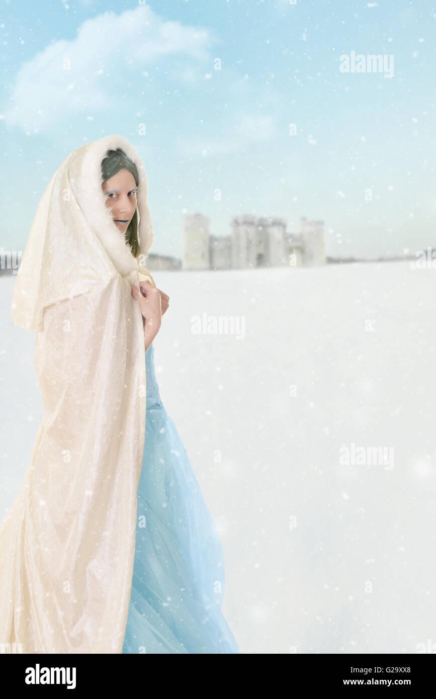 La princesa de invierno en la nieve. Foto de stock