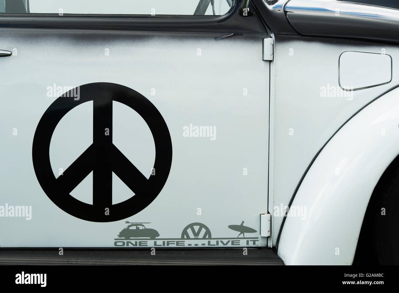 VW Volkswagen Beetle coche con una pegatina de la CND resumen Imagen De Stock