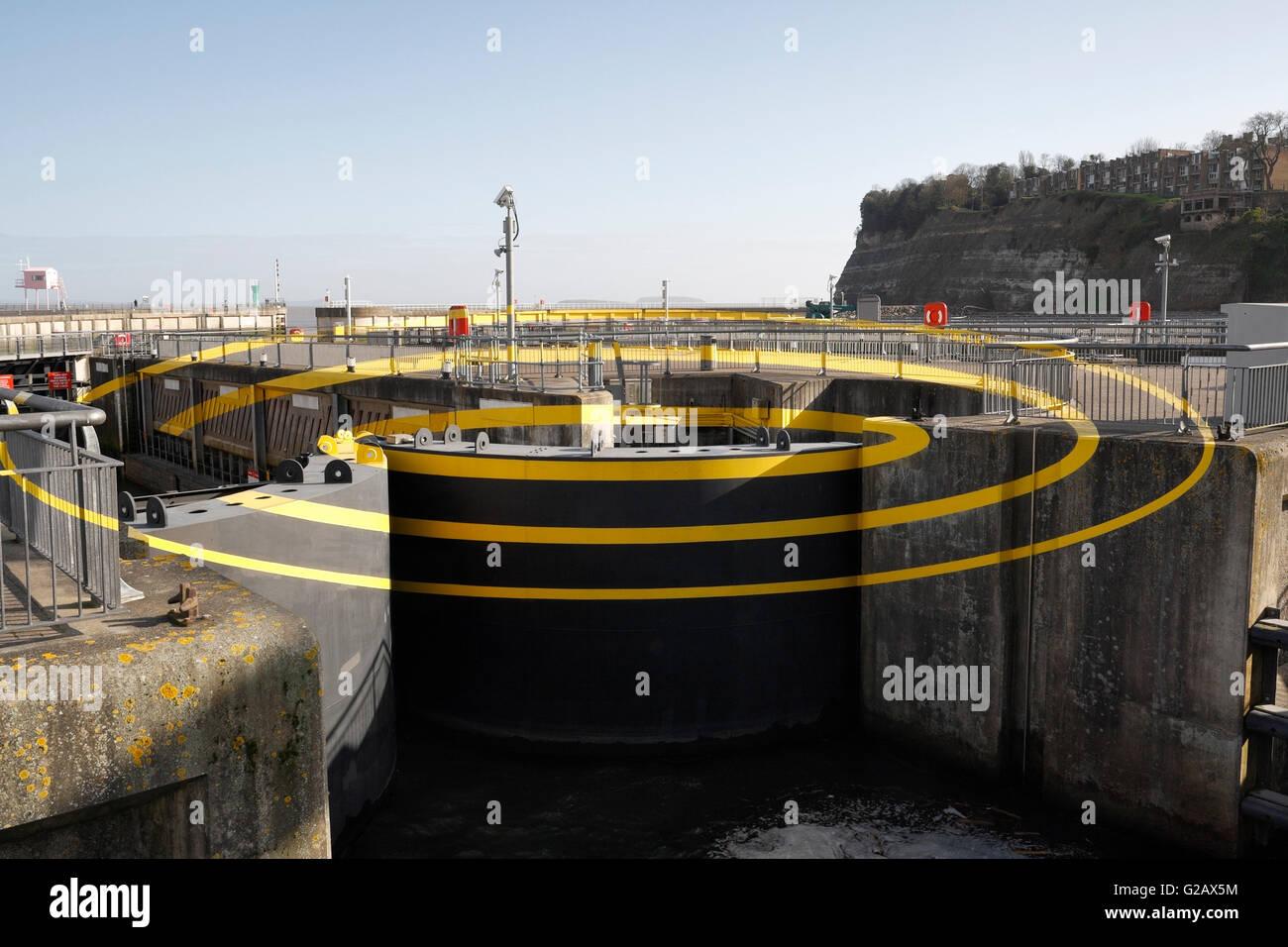 Ilusión visual la obra de arte en Cardiff Bay barrage de Felice Varini - 3 elipses para 3 bloquea Imagen De Stock