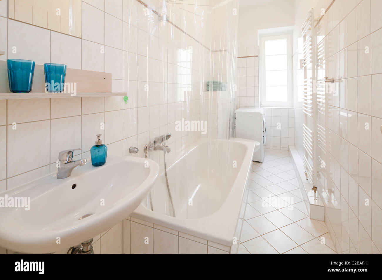 Wisbyer Strasse 59. Moderno cuarto de baño con azulejos blancos y ...