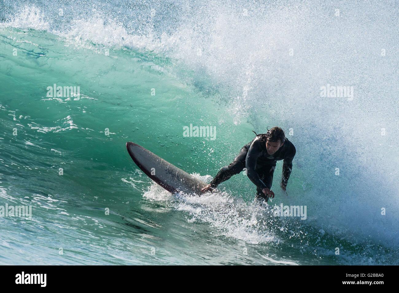 Viento crea condiciones ideales para la práctica del surf en Fistral en Newquay, Cornwall. Imagen De Stock