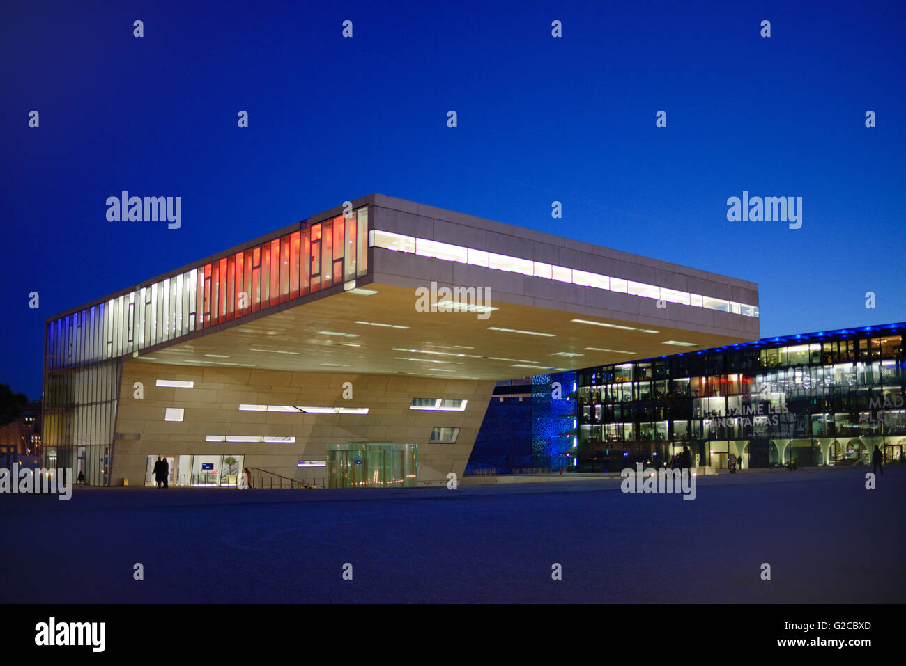 La arquitectura modernista de la Villa Mediterranée Conference Centre & MUCEM Museo al anochecer, Marsella, Imagen De Stock