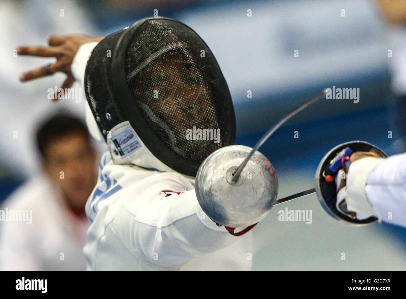 Moscú, Rusia - Mayo 28, 2016: Pentathlete Amro El Geziry de Egipto compite en el evento de esgrima de hombre Imagen De Stock