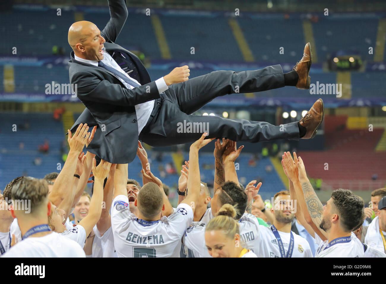 Milán, Italia. 28 de mayo de 2016. Zinedine Zidane, Entrenador Real Madrid lanzado por su equipo Champions Imagen De Stock