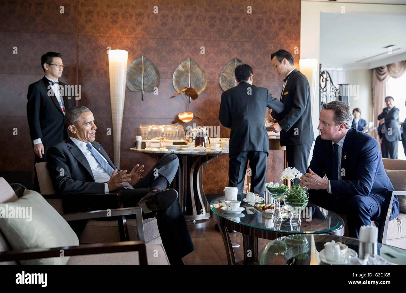 El presidente estadounidense Barack Obama habla con el Primer Ministro Británico David Cameron en la Bahía Suites durante un coffee break entre las sesiones de trabajo en la cumbre del G7 celebrada el 26 de mayo de 2016 en Shima, prefectura de Mie, Japón. Foto de stock