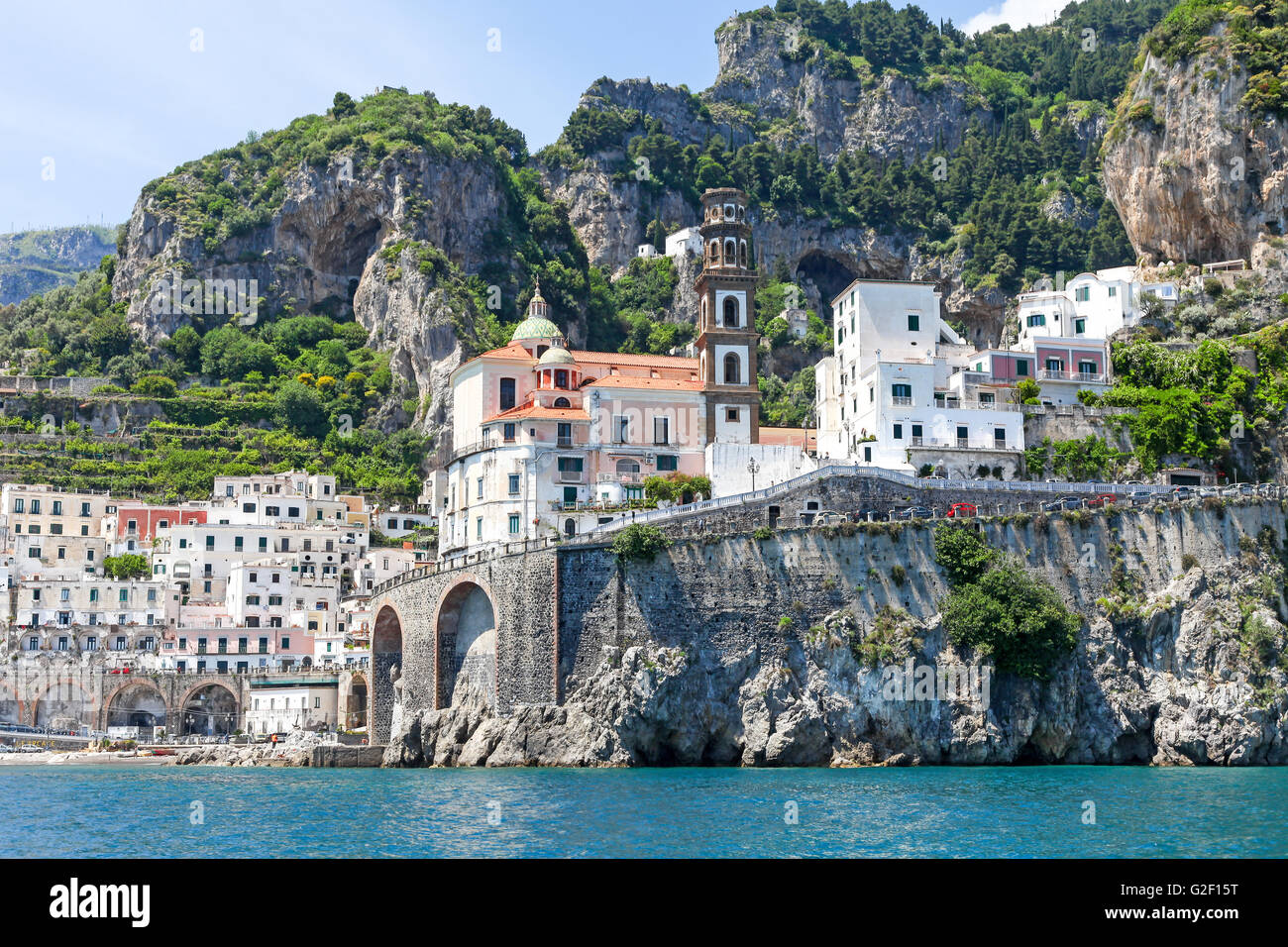 Vista de las casas de colores brillantes sobre la ladera de un viaje en barco alrededor de la costa de Amalfi Italia Imagen De Stock