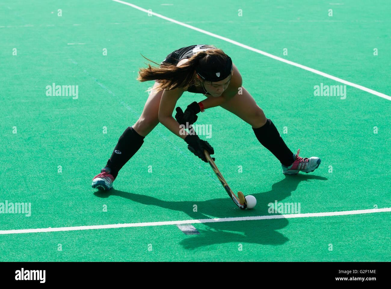 Jugador de Hockey sobre hierba femenino líneas un disparo Imagen De Stock