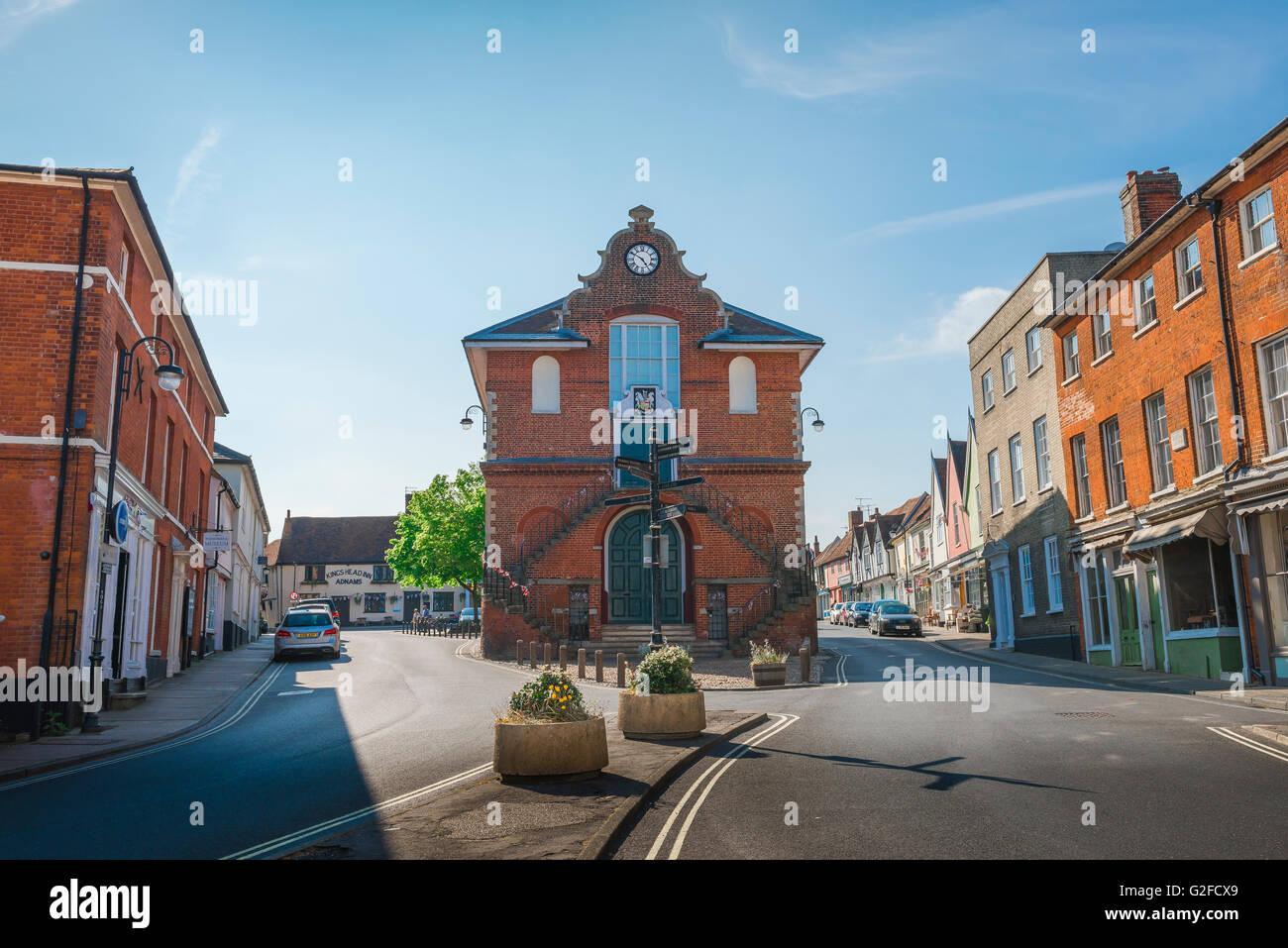 Suffolk, vista de arquitectura holandesa del Consejo con frontones Town Hall, en el centro de Woodbridge, Suffolk, Imagen De Stock