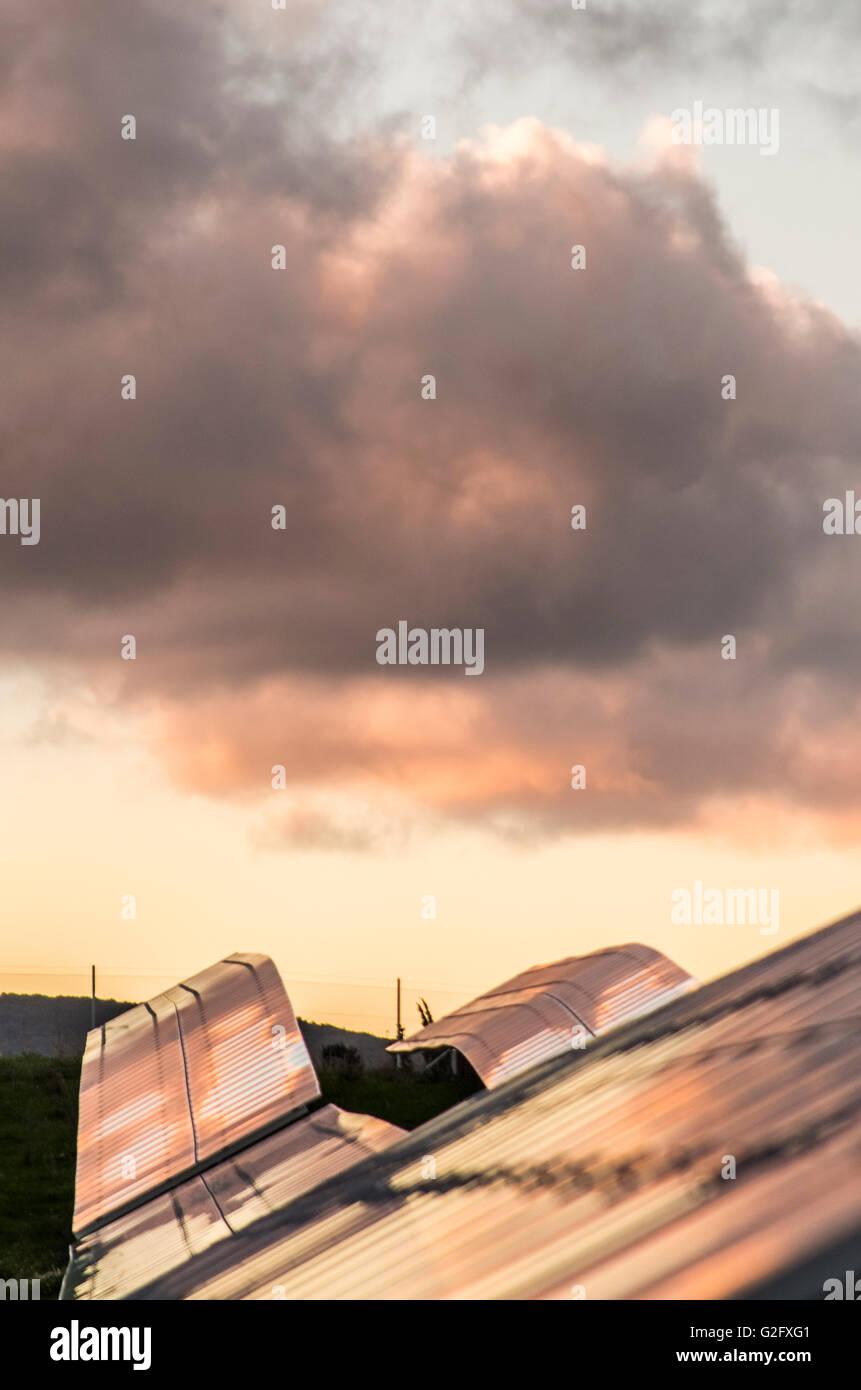 Paneles solares cielo nublado la energía alternativa Imagen De Stock
