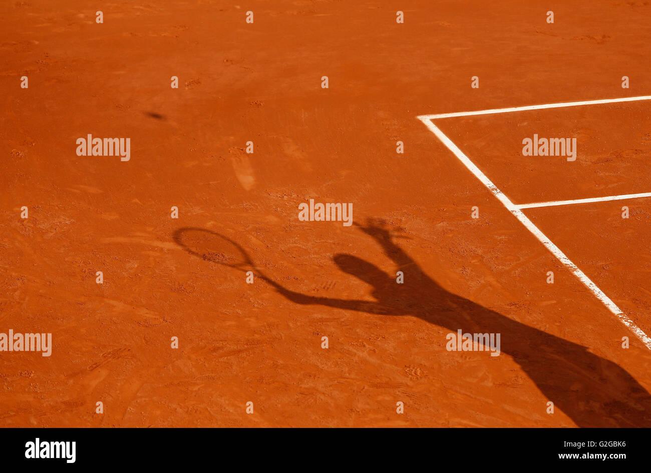 Sombra de un jugador de tenis que sirve la pelota, French Open 2013, Torneo de Tenis ITF Grand Slam, Roland Garros. Foto de stock