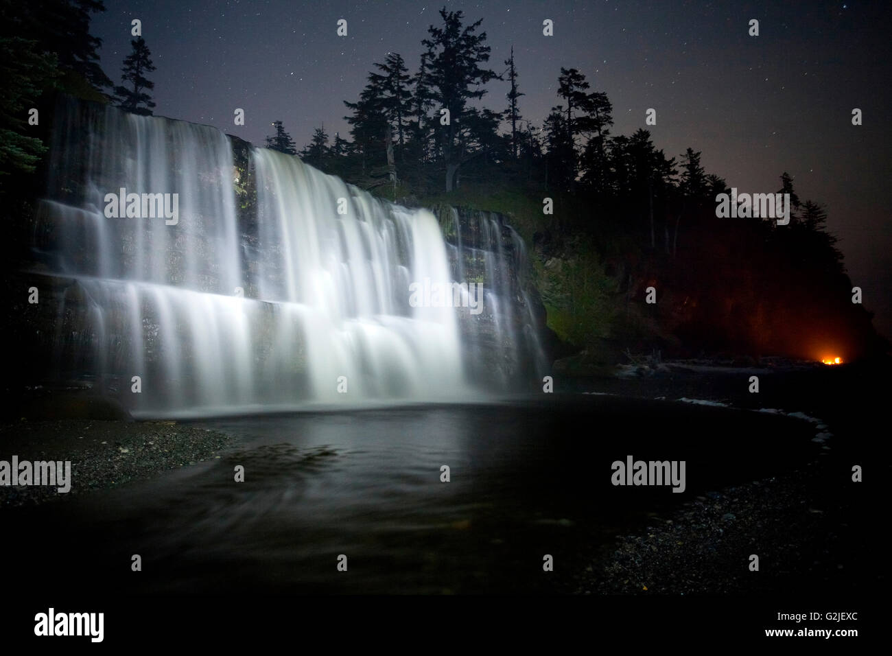Tsusiat cae en la noche, camping, West Coast Trail, la Reserva del Parque Nacional de Pacific Rim, la isla de Vancouver, Imagen De Stock