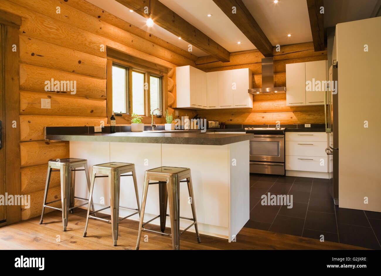 Armarios de cocina de madera blanca taburetes de metal escaleras de ...