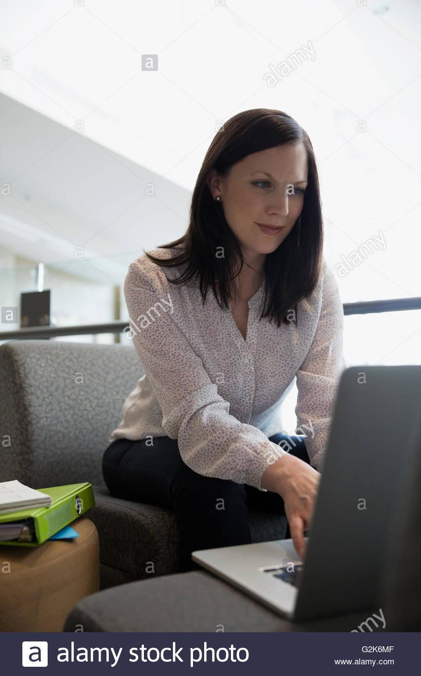 Estudiante de educación de adultos mediante ordenador portátil Imagen De Stock