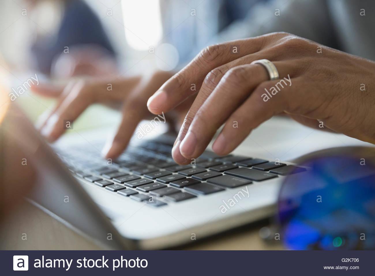 Cerrar la educación de adultos estudiante escribiendo en el portátil Imagen De Stock