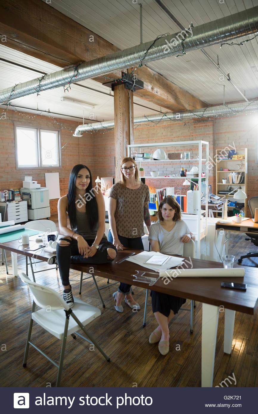 Retrato femenino confiada a los diseñadores en Office Imagen De Stock