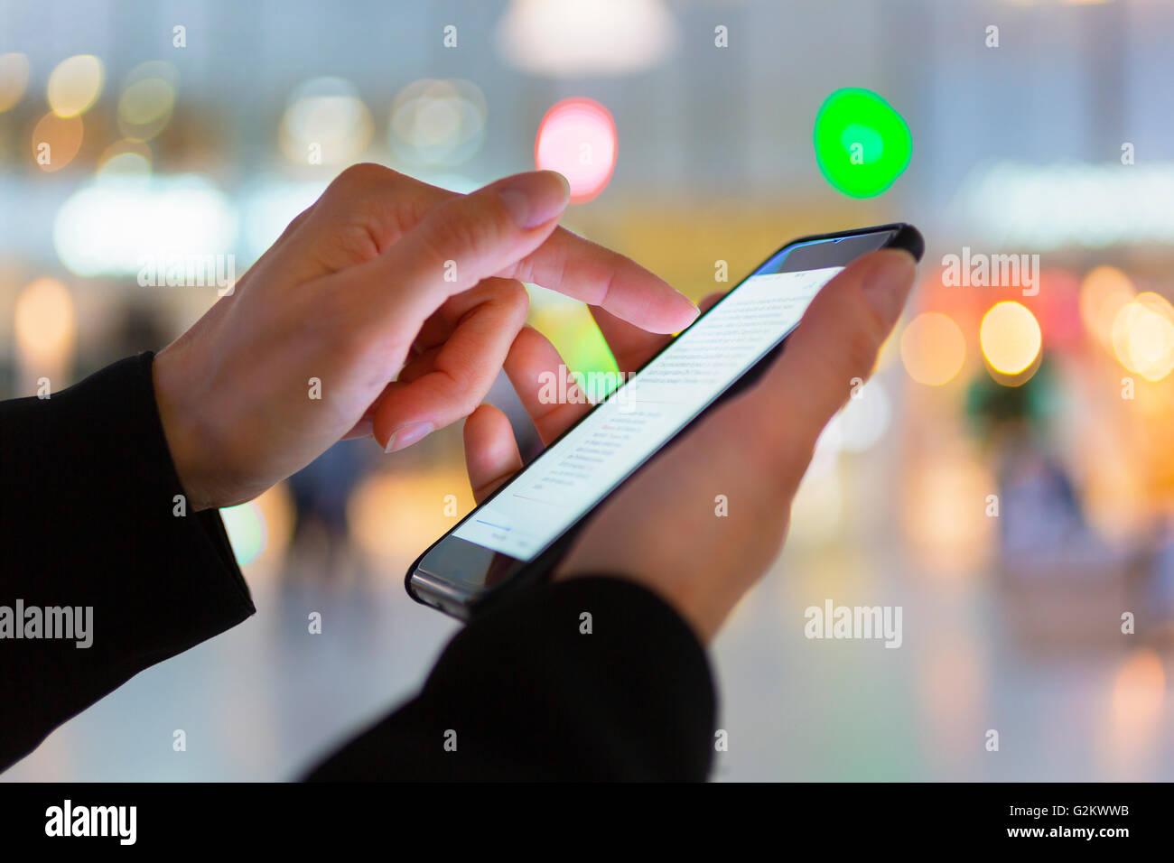 Cerrar la mano de la mujer la mensajería de texto Imagen De Stock