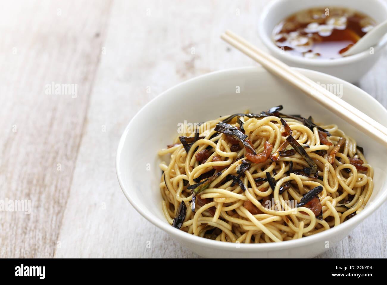 Fideos con cebolleta y salsa de soja, aceite chino comida de Shanghai Imagen De Stock
