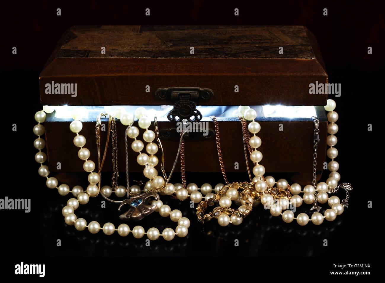 3f2389dea968 Abra la tapa del pecho con tresure luz desde dentro y joyería con reflexión  Imagen De
