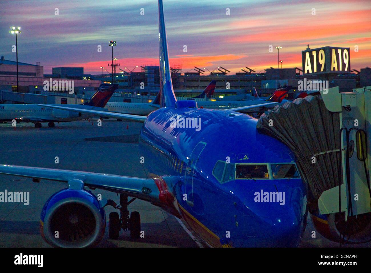 Amanecer sobre un avión en el Aeropuerto Internacional Logan en East Boston, Massachusetts, EE.UU. Imagen De Stock