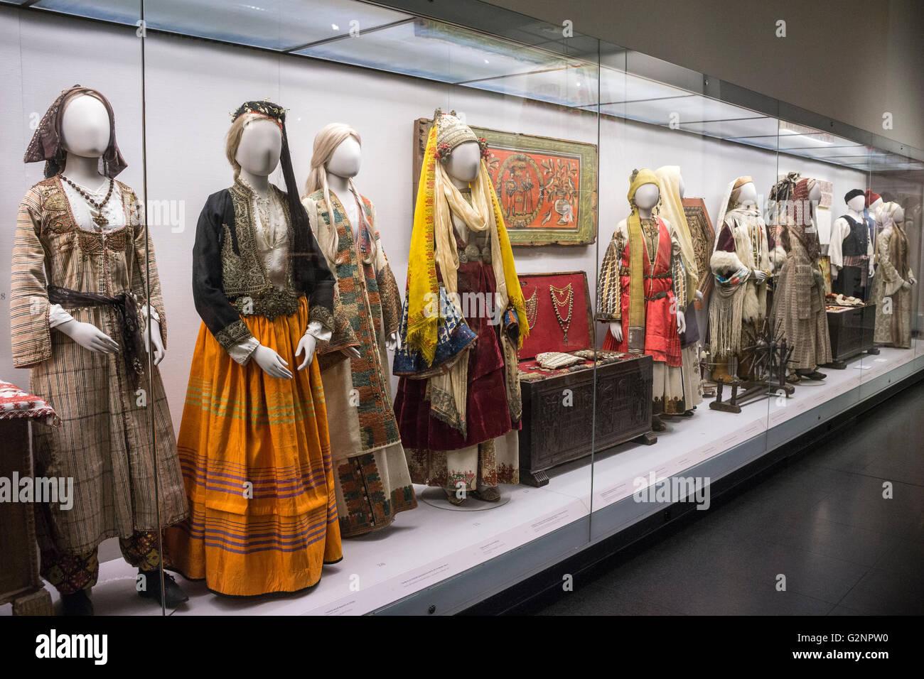 Trajes tradicionales griegos en exhibición en el Museo Benaki, en Atenas, Grecia Imagen De Stock