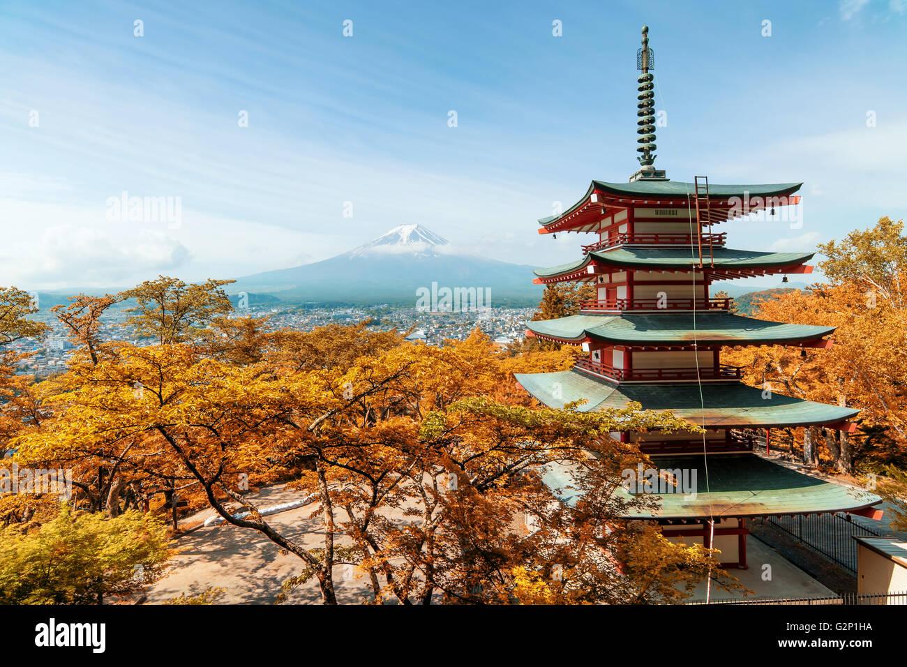 Viaje a Japón - preciosos en otoño en Japón a la pagoda roja con Mt. En el fondo, Fuji en Japón. Imagen De Stock