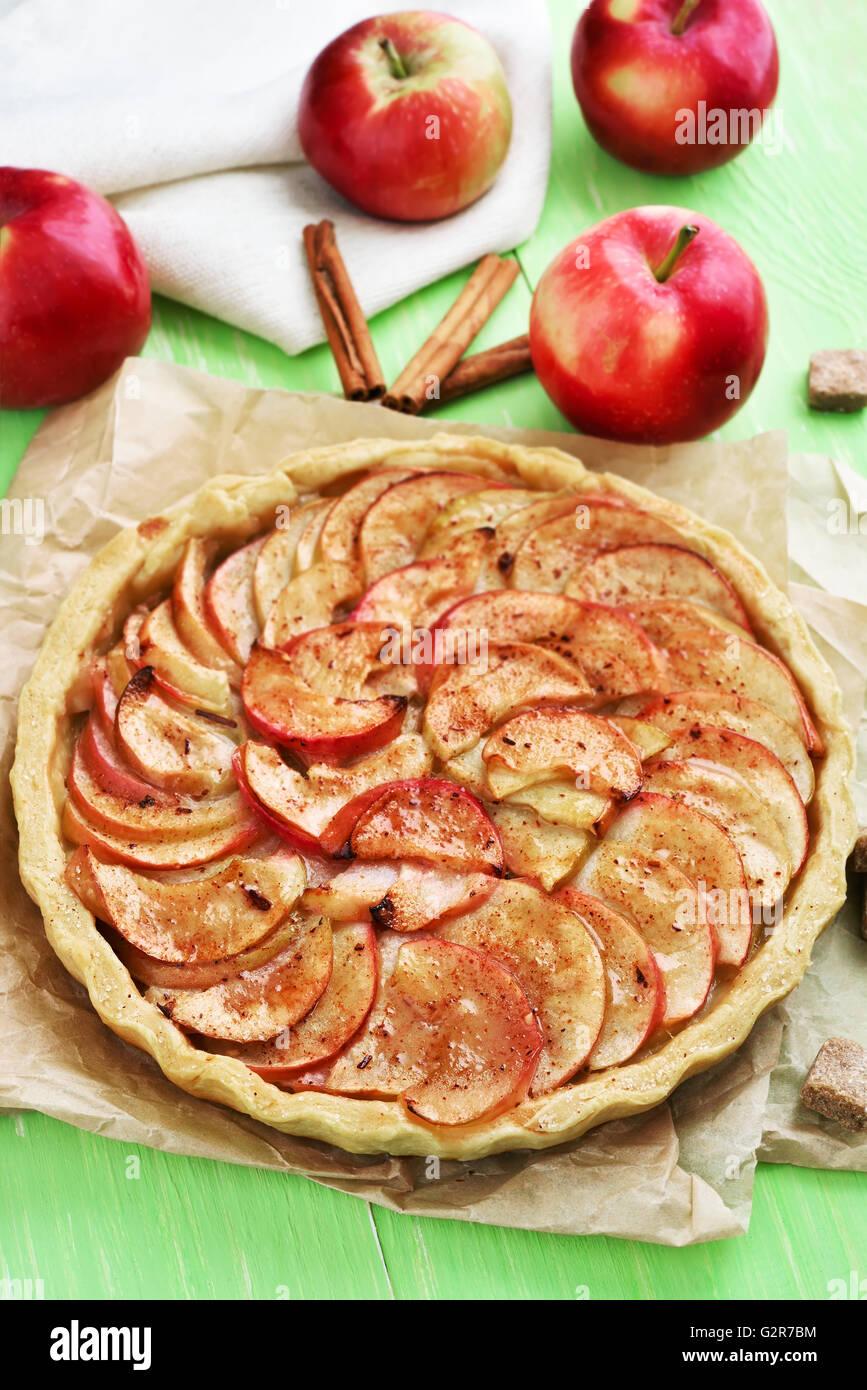 Cocción de frutas, pastel de manzana y frutas frescas Imagen De Stock