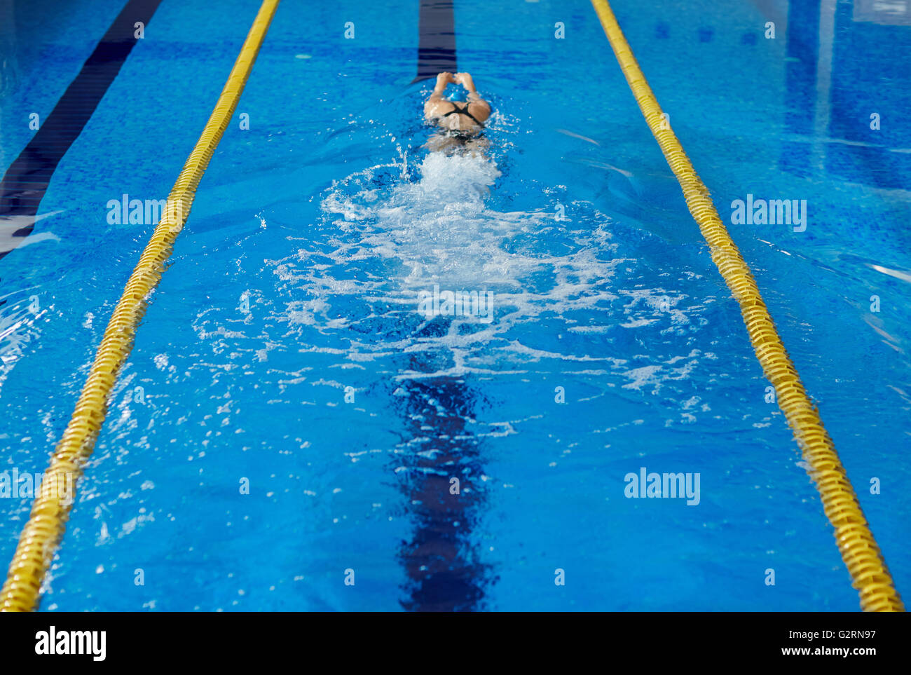 Mujer nadando Imagen De Stock