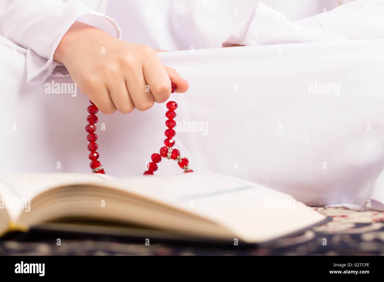 Chico musulmán en el Ramadán Quraan lectura Imagen De Stock