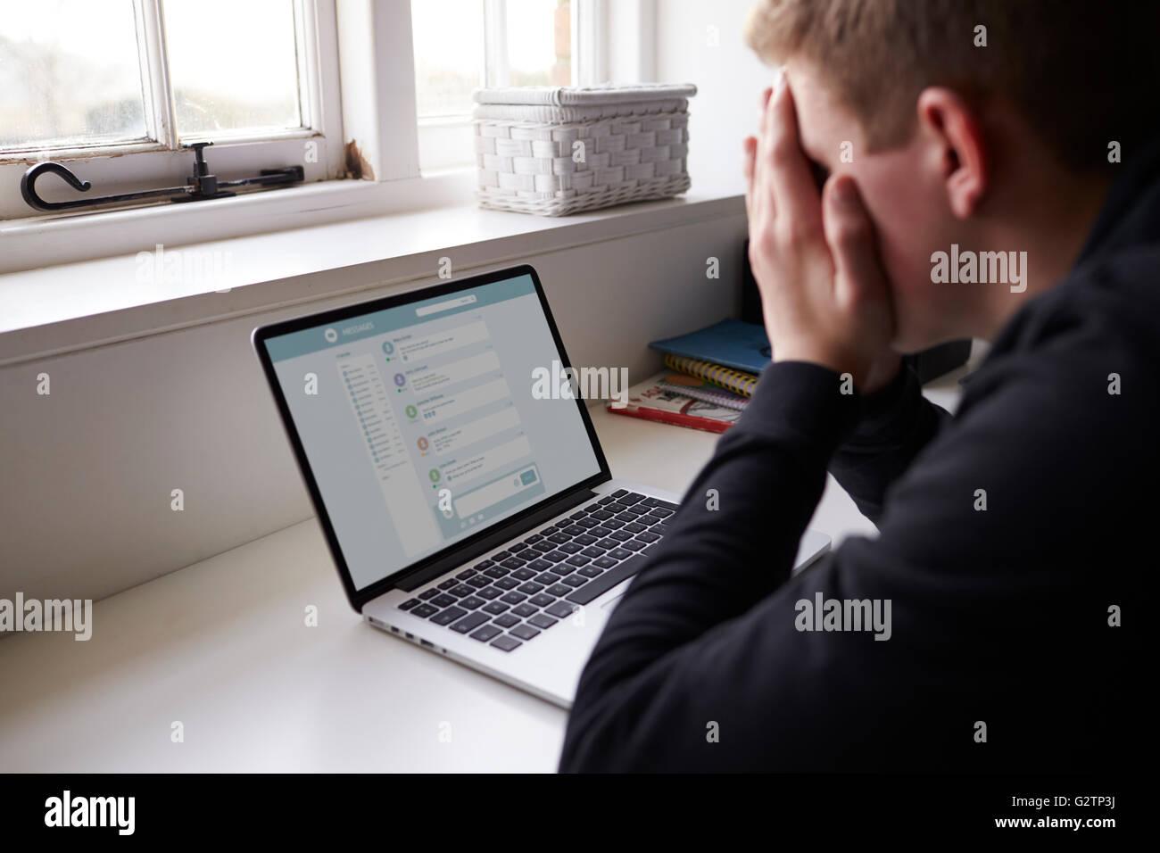 Adolescente infeliz víctima de acoso en línea en dormitorio Imagen De Stock